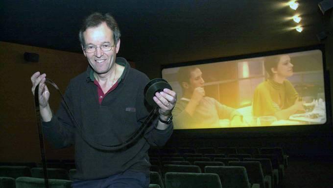 Als sein Bubentraum in Erfüllung ging: Robert Hediger mit einer alten Filmrolle vor der Kino-Eröffnung im Herbst vor bald 18 Jahren.