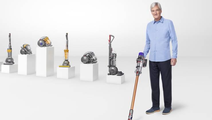 Firmengründer James Dyson mit einem kabel- und beutellosen Staubsauger. (Archivbild)
