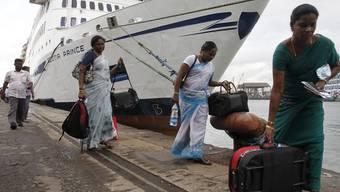 """Die """"Scotia Price"""" und Passagiere in Colombo (Sri Lanka) nach der Jungfernfahrt"""