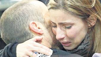 Bitterer Moment: Aaraus Torhüter Ivan Benito und seine Frau Angela spenden sich gegenseitig Trost nach der 1:4-Niederlage gegen GC.