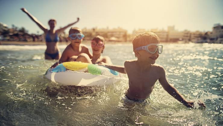 Spass am Strand – aber während der Sommerferien sollten Kinder sich auch kreativ beschäftigen, damit das Hirn nicht rostet.