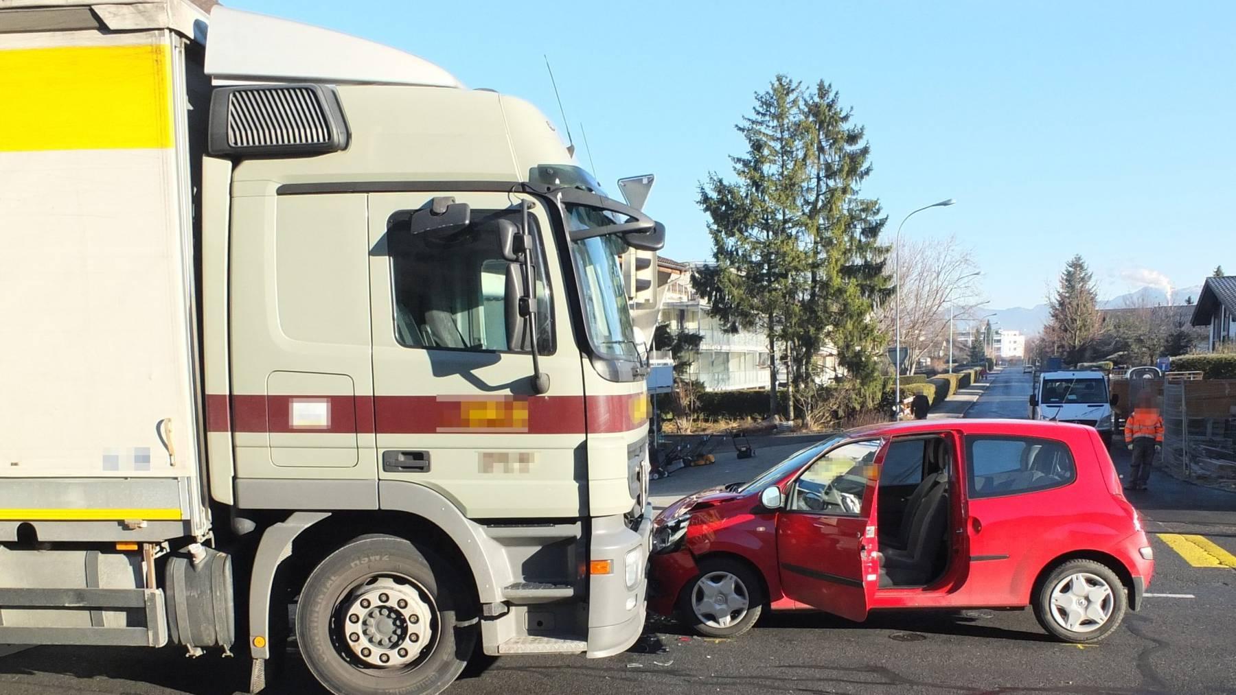 Ein Lastwagen kollidierte am Mittwoch mit einem Pkw.