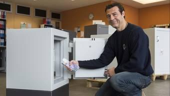Nicht ganz billig in der Anschaffung, dafür verlangt er garantiert keine Negativzinsen: Marco Bundi, Inhaber der Targo Tresore, präsentiert einen Tresor aus seinem Sortiment.