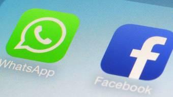 WhatsApp- und Facebook-Symbole auf einem Smartphone (Symbolbild)