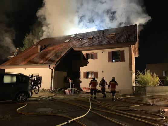 Selzach SO, 12. Oktober: Am frühen Samstag morgen brannte in Selzach ein Mehrfamilienhaus. Die Feuerwehr rückte mit einem Grossaufgebot aus.