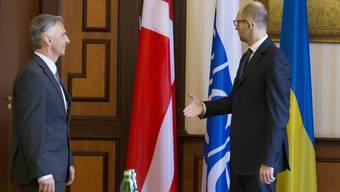 Auch der ukrainische Ministerpräsident Arsenij Jatsenuk ist über die dänische Flagge für Bundespräsident Didier Burkhalter erstaunt.