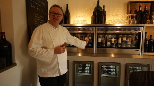 Vom «unbetreuten Trinken» zu Winzer Umbrichts roter Hose: Albi von Felten führt durch sein «Weinhaus am Bach»