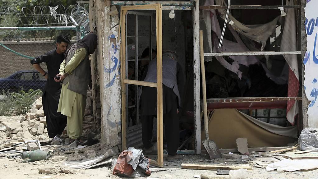 Sicherheitspersonal inspiziert den Ort einer Bombenexplosion in Kabul.