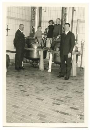 Brennerei Humbel Stetten feiert ihr 100-Jahr-Jubiläum. Im Bild: Die neu installierte Brennerei 1967 mit Max Humbel sen. und Maximilian Humbel mit seinen Kindern vl. Lorenz, Claudia und Stefan.