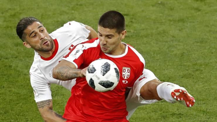 Serbiens Aleksandar Mitrovic im WM-Spiel gegen die Schweiz in einem Zweikampf mit Ricardo Rodriguez.