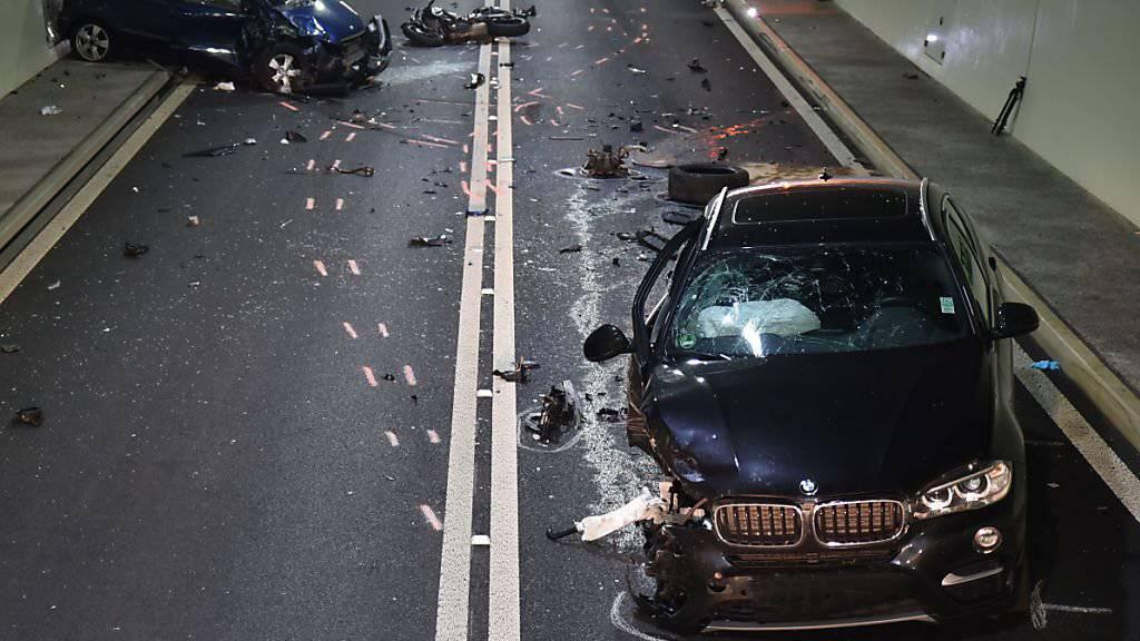 Im Autostrassentunnel A8 in Lungern OW hat sich am Dienstagmittag ein schwerer Verkehrsunfall ereignet.