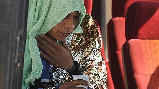 Ein Flüchtling auf Lampedusa erhält erste Hilfe - er ist einer von vielen