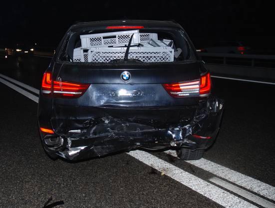 Die beiden Autofahrer wurden leicht verletzt. Der Gesamtschaden der bei dem Unfall entstand, beläuft sich auf mehrere 10'000 Franken.