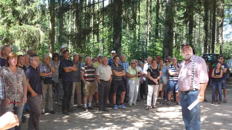 Förster Ernst Braun erklärt interessierten Besucherinnen und Besuchern des Banntages die Struktur des Waldes im Aebisholz.