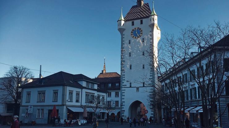 Nichts los: verwaister Schlossbergplatz in Baden am Feierabend.