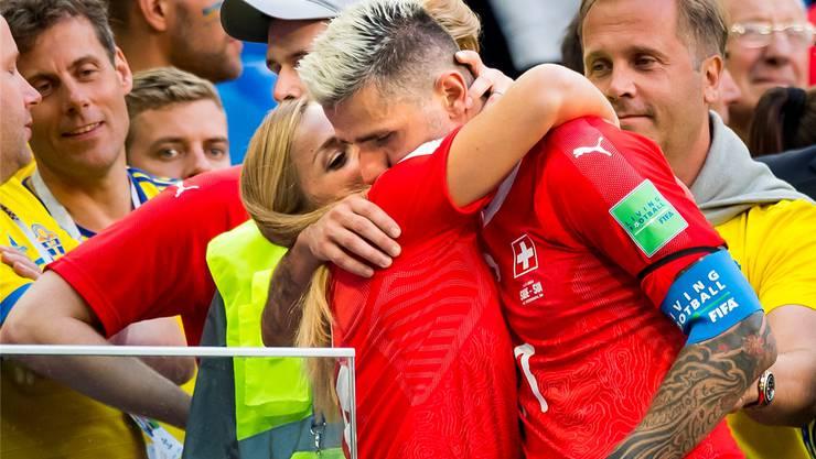 Valon Behrami lässt sich von Gut nach dem WM-Achtelfinal-Aus in Russland trösten. Danach haben sie geheiratet.