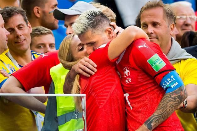Nach dem bitteren Aus der Schweizer Nationalmannschaft im WM-Achtelfinal gegen Schweden tröstet Lara Gut, wie sie damals noch hiess, ihren Valon. Key