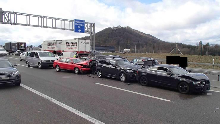 Bei der Kollision auf der A1 waren insgesamt 13 Fahrzeuge involviert.