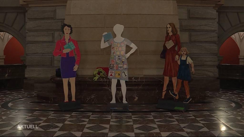 50 Jahre Frauenstimmrecht: 67 Frauenfiguren aus Holz im Bundeshaus Bern