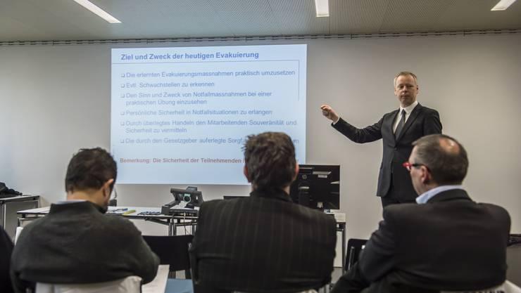 Uwe Müller-Gauss instruiert die externen Beobachter