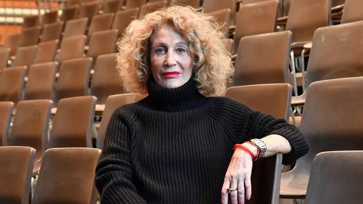 Ursula Berger, die künstlerische Leiterin der Oltner Tanztage, posiert auf der extra aufgestellten Zuschauertribüne im Kulturzentrum Schützi, in welchem die Aufführungen stattfinden.