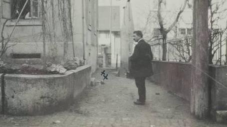 Der Grenchner Streikführer Max Rüdt steht am Ort, an dem die drei jungen Uhrmacher erschossen worden sind.