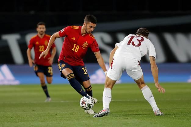 Ricardo Rodriguez (Nummer 13) gegen Ferran Torres.