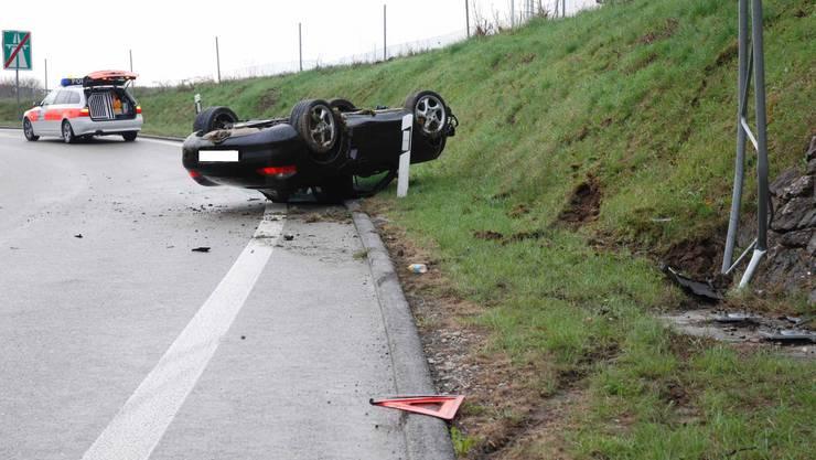 Bei der Autobahnausfahrt in Zuchwil landete der Wagen nach einem Selbstunfall auf dem Dach.