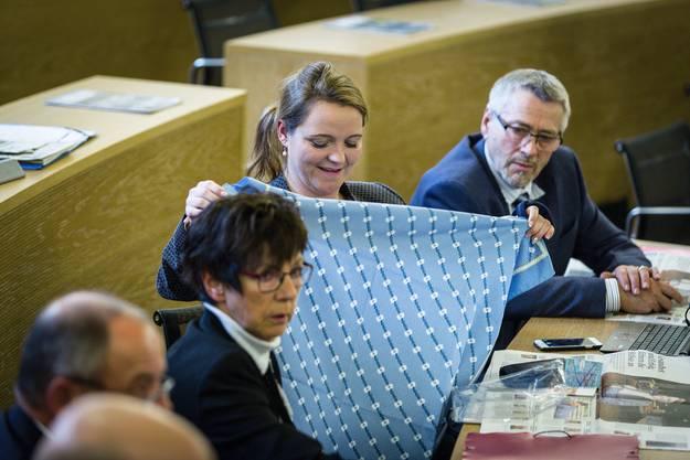 Swissness: Edelweisshemd-Aktion der SVP im Saal.