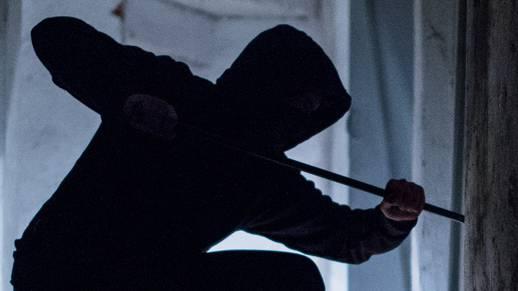 Mit einem Brecheisen versuchte der Täter den Notenautomaten aufzubrechen. (Symbolbild)