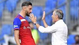 Kemal Ademi freut sich mit Marcel Koller über seinen Treffer.