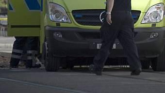 Eine Ambulanz brachte den verletzten 65-Jährigen ins Spital. (Symbolbild)