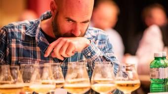 Konzentration aufs Aroma: Lukas Porro bei einer der praktischen Aufgaben an der Schweizer Meisterschaft der Bier-Sommeliers. zvg