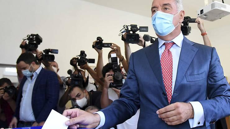 Milo Dukanovic, Präsident von Montenegro, gibt in einem Wahllokal seine Stimme ab. In Montenegro hat am 30.08.2020 die Parlamentswahl begonnen. Rund 540 000 Bürger sind dazu aufgerufen, ihre Stimme abzugeben. Foto: Risto Bozovic/AP/dpa