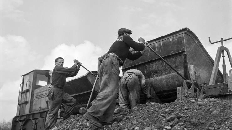 Gefahren auf der Baustelle: Arbeiter beim Bau des Aare-Flusskraftwerks Wildegg-Brugg.