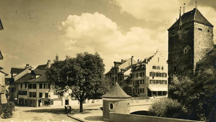 Das runde, noch heute bestehende WC-Häuschen von Albert Froelich neben der Aarebrücke in Brugg auf einer zeitgenössischen Ansichtskarte.