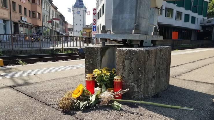Blumen erinnern am Badener Bahnhof an den tödlichen Unfall.