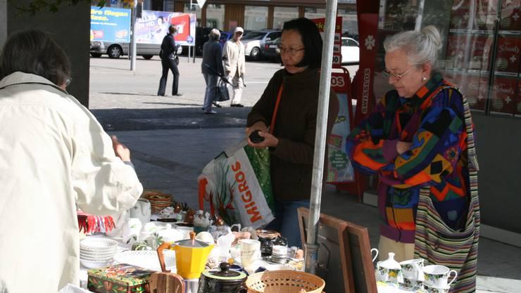 Nach dem Einkauf in der Migros noch schnell an den Herbstmarkt