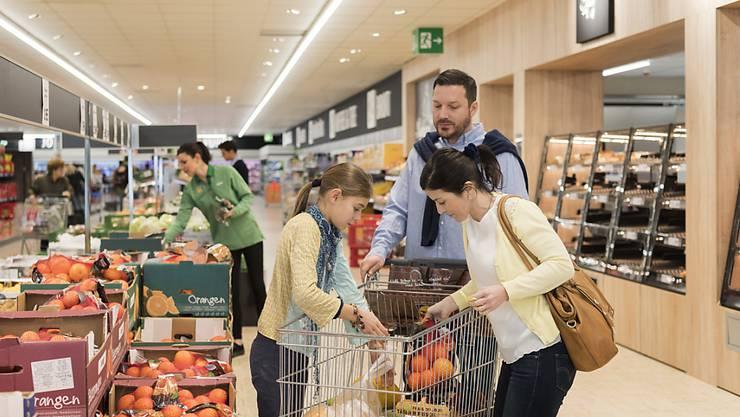 Konsumentinnen und Konsumenten in der Schweiz haben im Februar mehr Nahrungsmittel und Tabakwaren gekauft als vor einem Jahr. (Archiv)