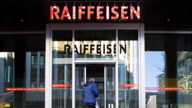 Ein Kunde betritt eine Filiale der Raiffeisenbank. In Meerenschwand-Obfelden hat die Bank jetzt 4000 Mitglieder. (Symbolbild)