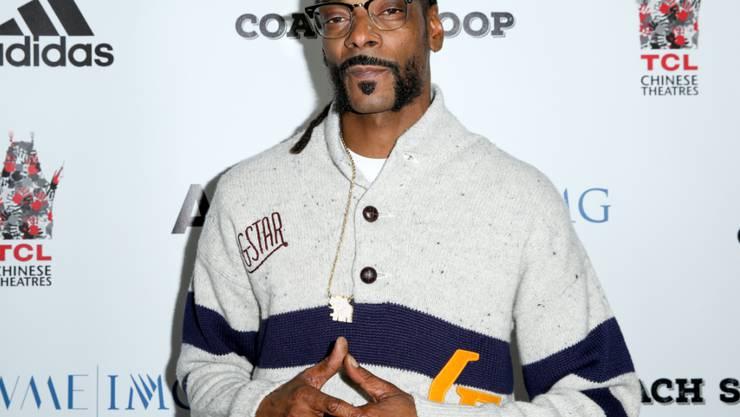 Auch wenn er äusserlich auf College-Boy macht, Snoop Dogg ist Bad Boy durch und durch. Nun überrascht er mit einem Engagement für Hillary Clinton. (Archivbild)