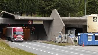 Ein Lastwagen am Gotthard-Südportal (Archiv)