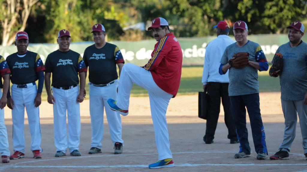 Venezuelas Präsident Nicolás Maduro (Mitte) hat am Sonntag am Rande eines Baseball-Spiels erneut seine Kritiker gewarnt.
