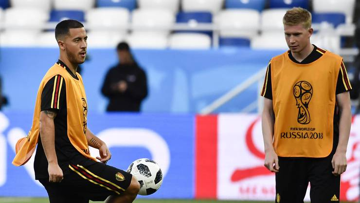 Der Ball gehorcht Eden Hazard, selbst wenn dieser gar nicht hinschaut. Kevin De Bruyne (rechts) ist fasziniert.