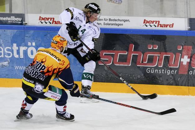 Für Olten duellierte sich der Leihspieler mit dem Langenthaler Topscorer Pascal Pelletier (l.).