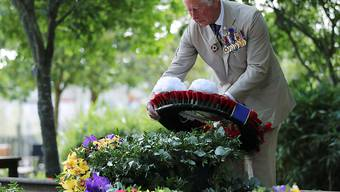 Prinz Charles, Prinz von Wales, legt anlässlich des Tages der Kapitulation Japans im Zweiten Weltkrieg am National Memorial Arboretum in der Stadt Alrewas einen Kranz nieder. Foto: Molly Darlington/PA Wire/dpa