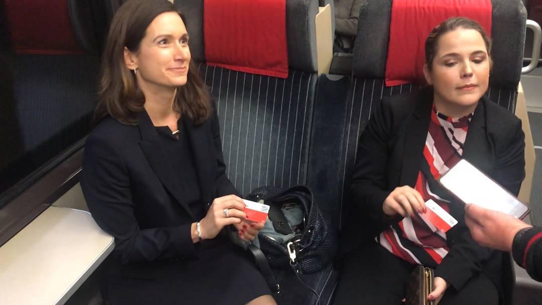 Die neuen Nationalrätinnen auf ihrer gemeinsamen Zugfahrt am ersten Tag in Bern.