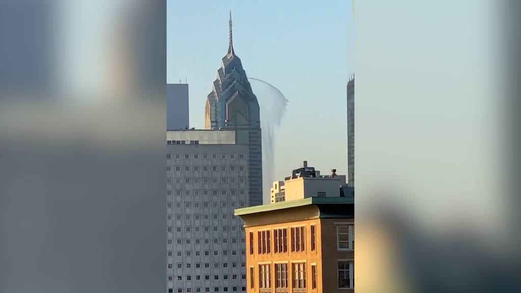 Wasserfontäne schiesst aus Wolkenkratzer
