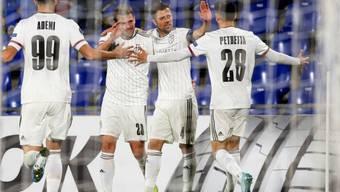 Fabian Frei (links), Valentin Stocker (Mitte) und Raoul Petretta (rechts) feiern in Getafe den einzigen Treffer der Partie