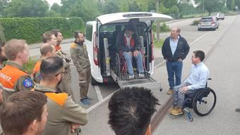 Marc Willemin (rechts neben der Hebebühne) instruiert die Zivilschützer.